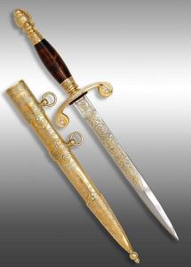 Кортик офицерский, ножны цельнометаллические украшены орнаментом, на устье изображение орла, покрытие золотом, вставки фианиты